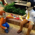 Statue di Kjeld e Godtfred nella LEGO House. Kjeld ha richiesto un'auto per la sua.